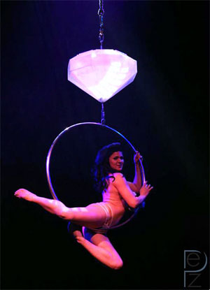 Roxi on her hoop...  (©PEZ Photo)